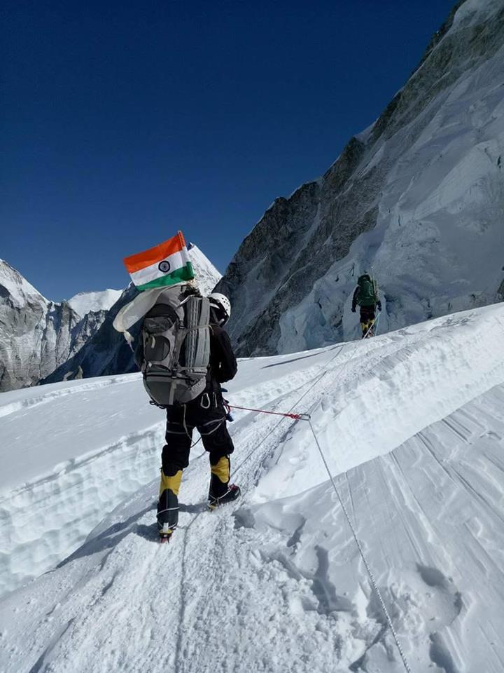 indian army team becomes first to climb mount everest